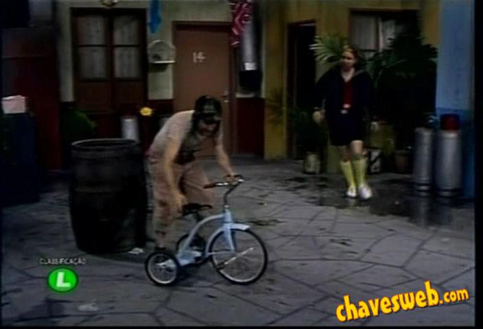 Chaves brinca com triciclo do Quico no episódio da casa da Bruxa do ...