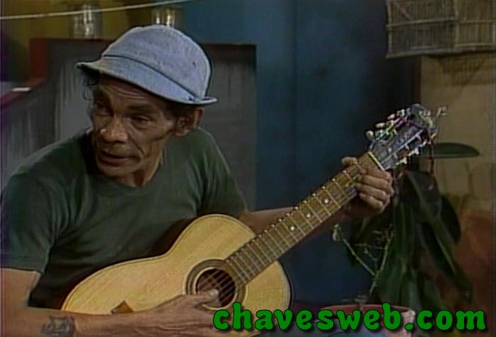 Seu Madruga tocando violão.